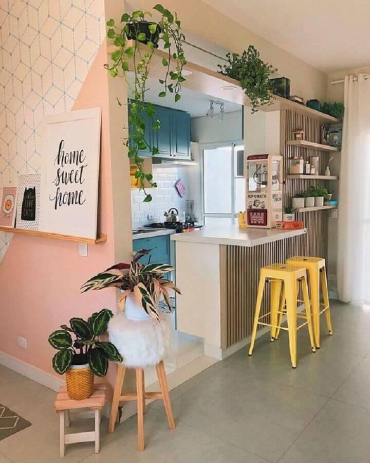 parede rosa decorada com prateleira para quadros com frases Foto Pinterest