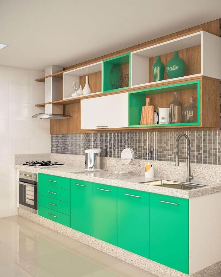 pastilhas cinza e revestimento de madeira para decoração de cozinha verde e branca Foto Webcomunica