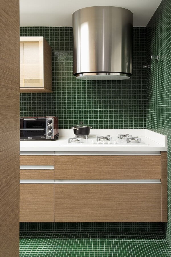pastilhas para decoração de cozinha verde escura com armários planejados de madeira Foto Your House Idea