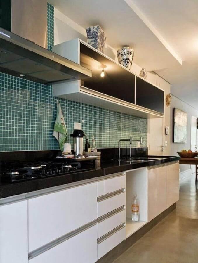 pastilhas verdes para decoração de cozinha com armários brancos Foto Dcore Você
