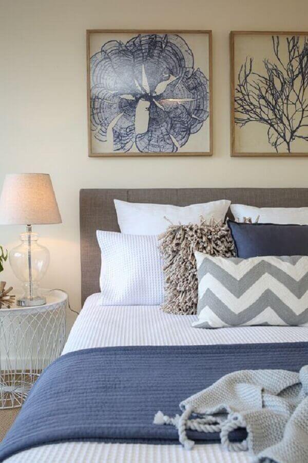 peseira azul para decoração de quarto de casal com abajur de vidro Foto Casa Perfeita