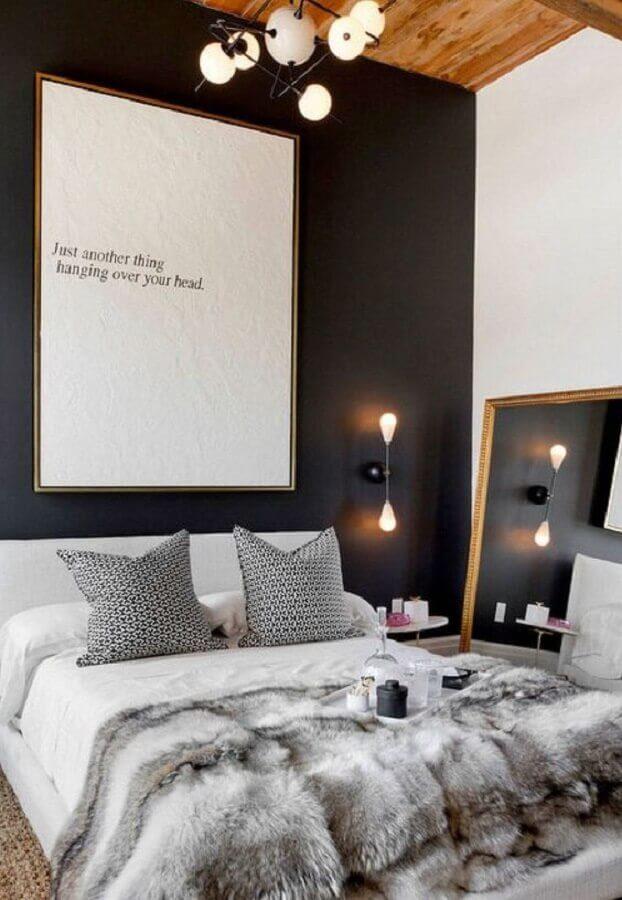 peseira de pelos para quarto moderno decorado com parede preta Foto Apartment Therapy
