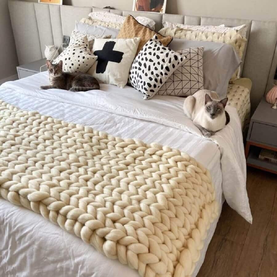 peseira de tricô gigante para cama decorada com várias almofadas Foto Casa Casal 20