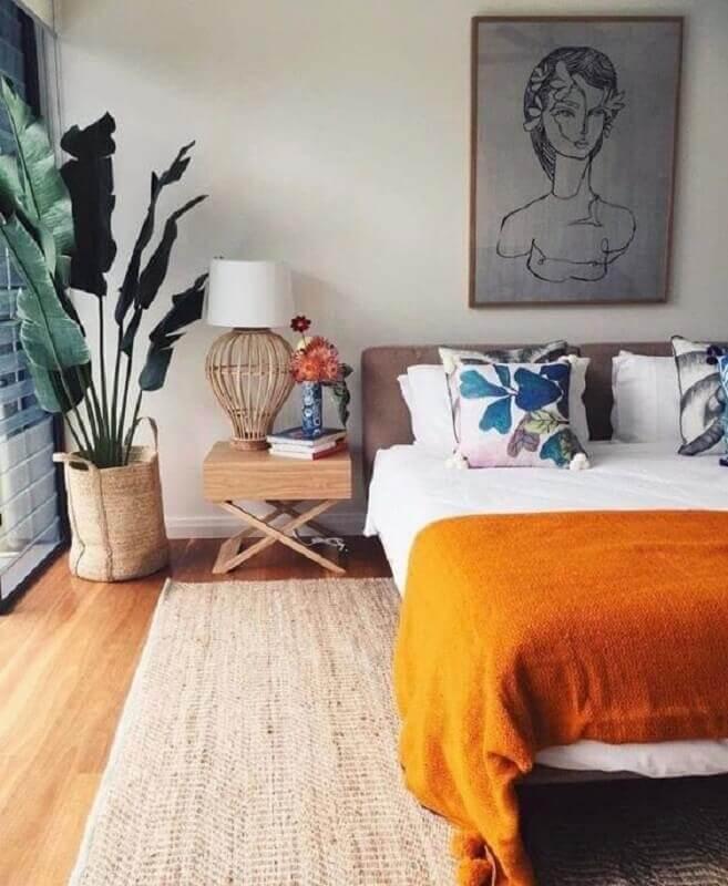 peseira laranja para decoração de quarto de casal com vaso de planta grande Foto Conexão Décor