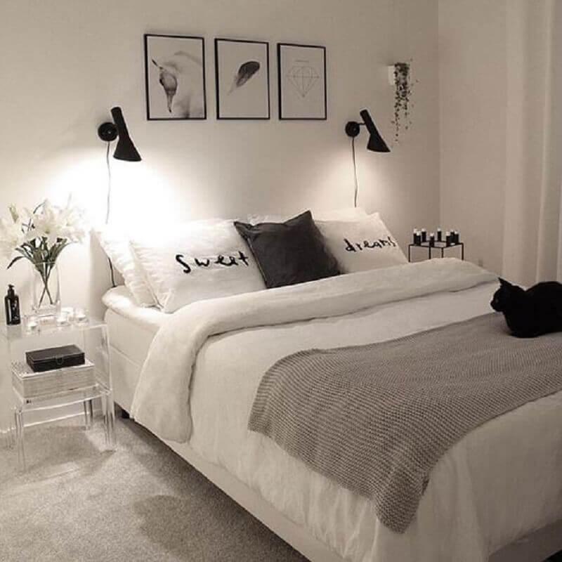 peseira para quarto de casal minimalista todo branco Foto Morando Sozinha