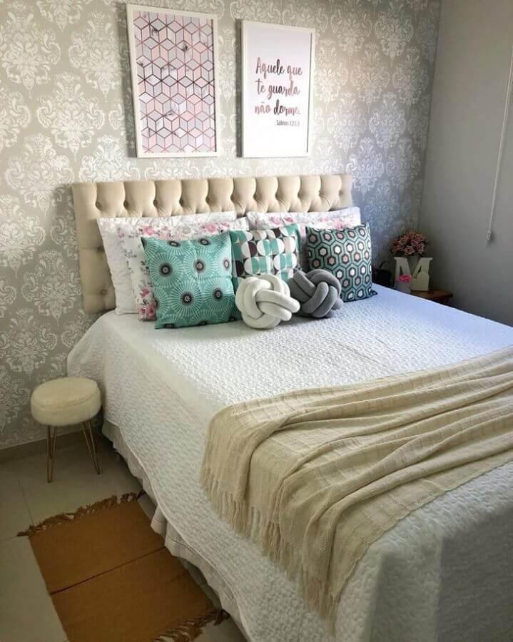 peseira para quarto simples decorado com cabeceira capitonê e várias almofadas Foto Casa 255