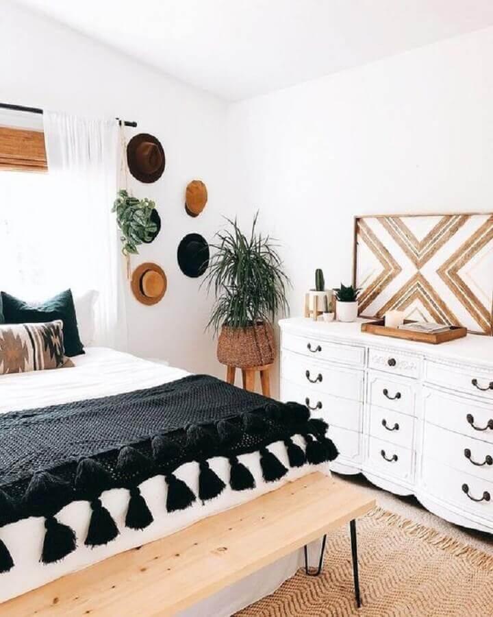 peseira preta com pompom para decoração de quarto de casal branco com recamier de madeira Foto Apartment Therapy