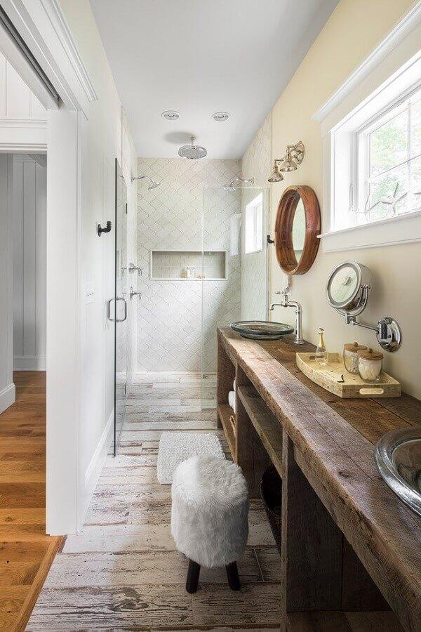 pia de banheiro rustica decorada com cubas de vidro e bandeja de madeira Foto GMT Home Designs