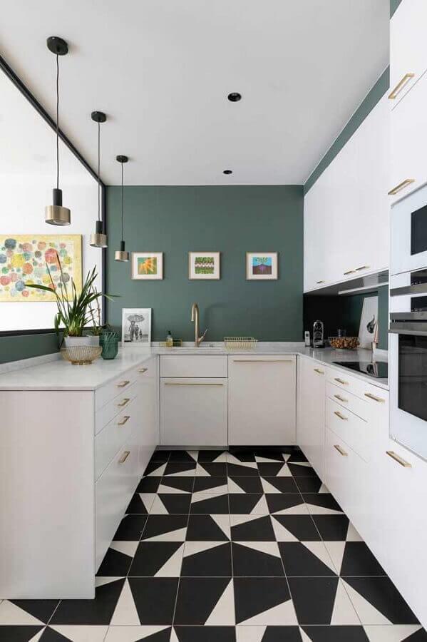 piso preto e branco para cozinha em U planejada com armários brancos Foto Decoist