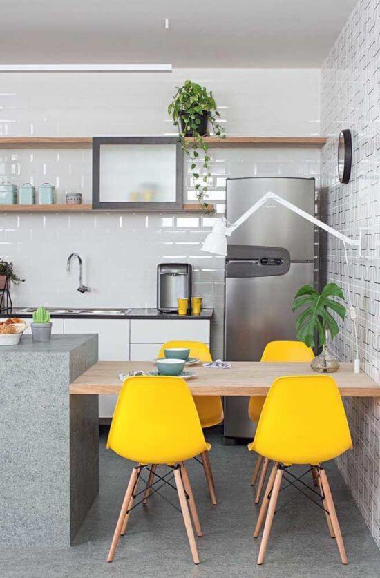 Planta jiboia na cozinha moderna