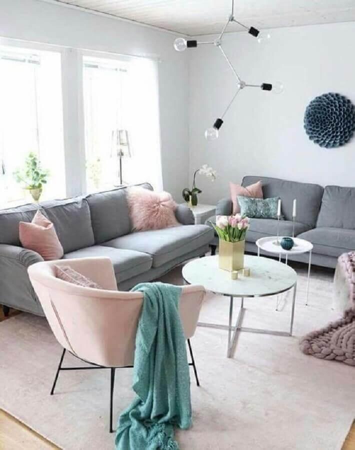 poltrona e almofadas rosa pastel para decoração de sala com sofá cinza Foto Revista VD