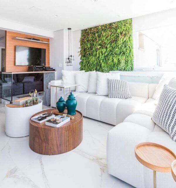 A sala de estar clean fica ainda mais bonita com o porcelanato marmorizado