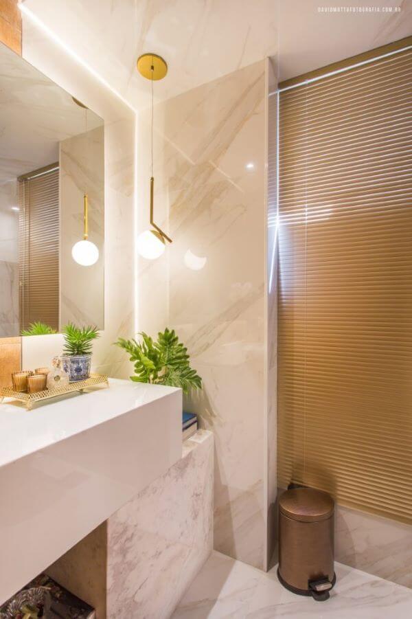 Banheiro com porcelanato marmorizado bege e iluminação moderna