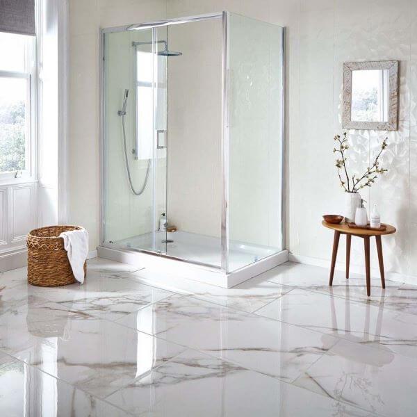 Porcelanato marmorizado branco no banheiro moderno