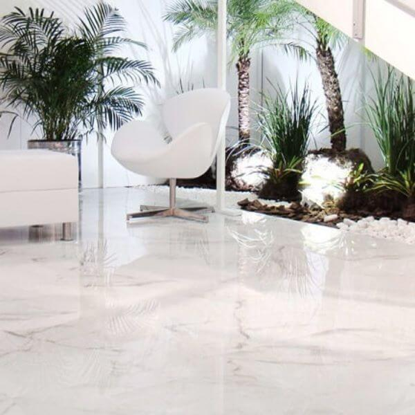 Porcelanato marmorizado branco com poltrona