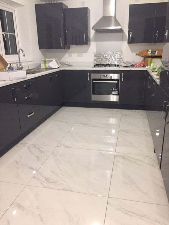 Porcelanato marmorizado branco com armários preto