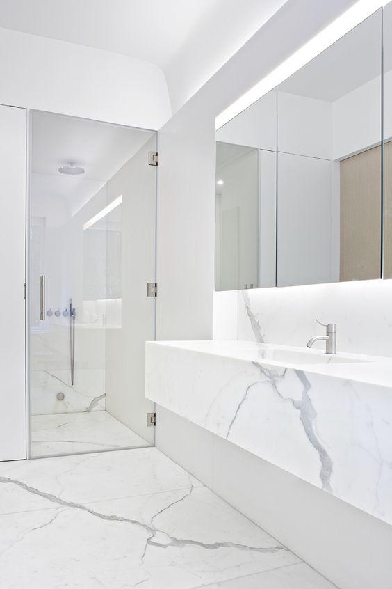 Banheiro com porcelanato marmorizado e espelho