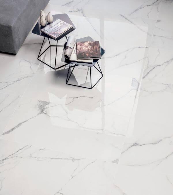 Porcelanato marmorizado na sala de estar