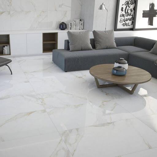 Porcelanato marmorizado branco combinando com o sofá cinza