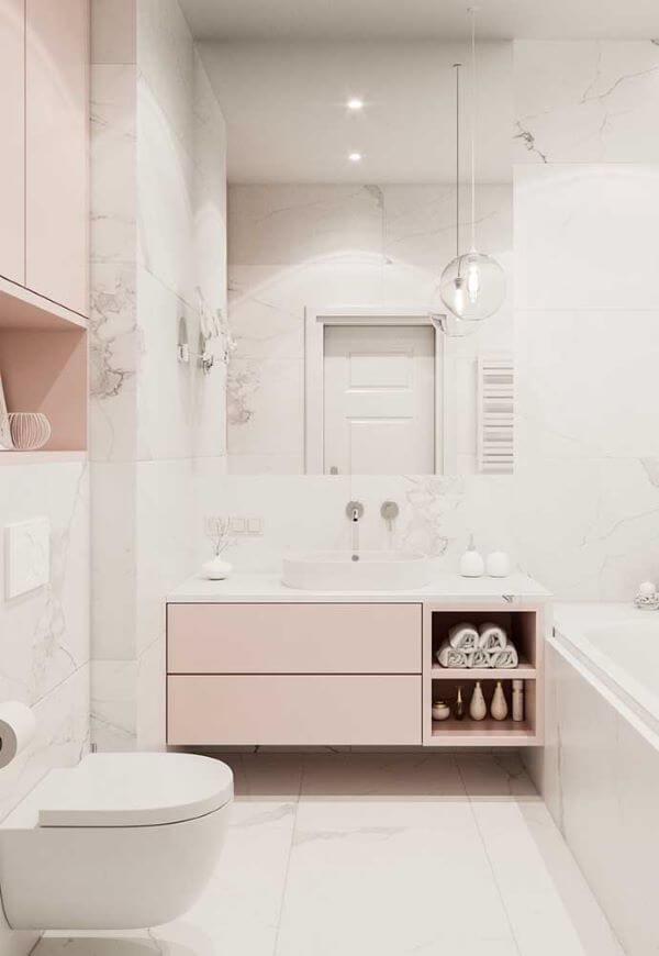 Porcelanato marmorizado no banheiro com móveis rosa