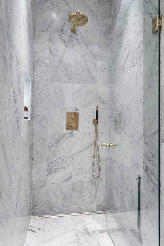 Porcelanato marmorizado no box do chuveiro