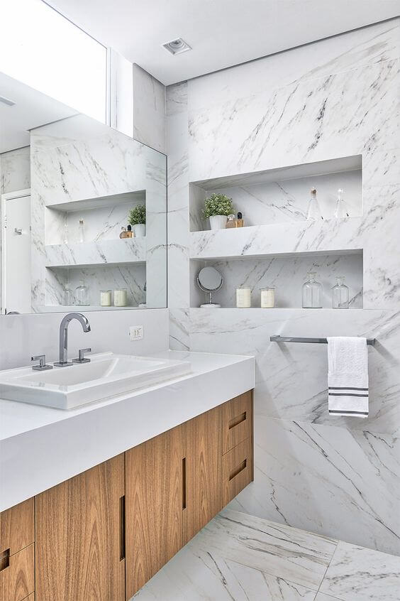 Porcelanato marmorizado branco no banheiro iluminado