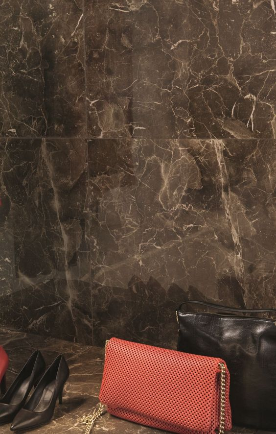 Porcelanato marmorizado marrom no closet