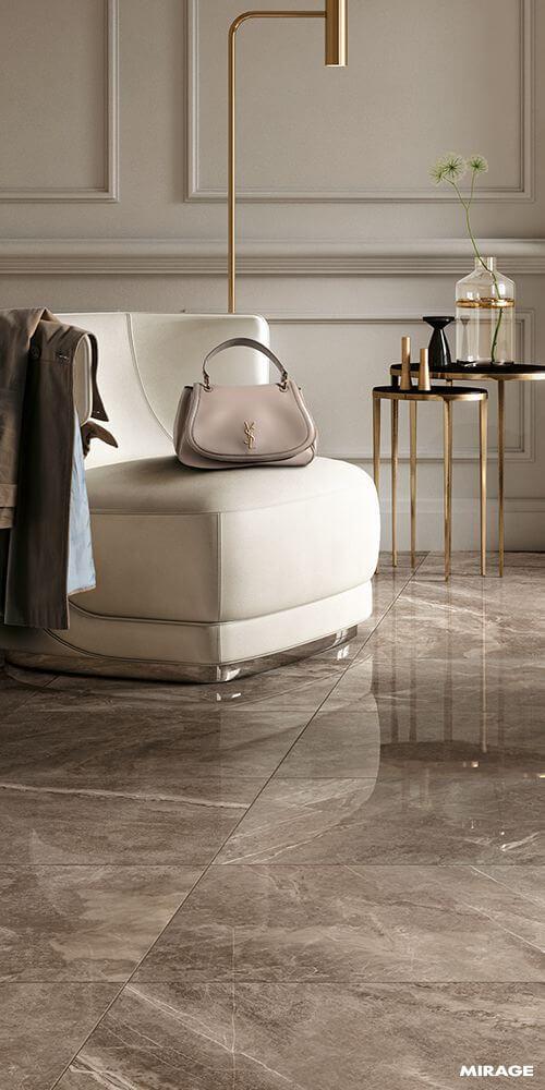Porcelanato marmorizado marrom com poltrona bege