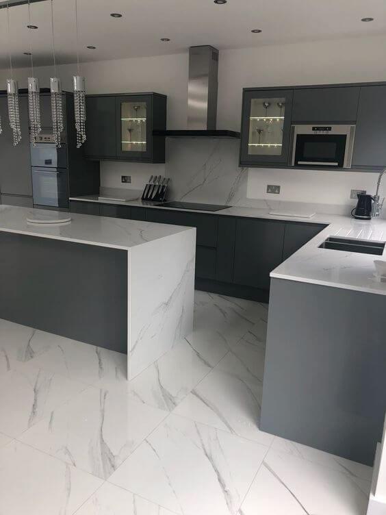Porcelanato marmorizado na cozinha moderna