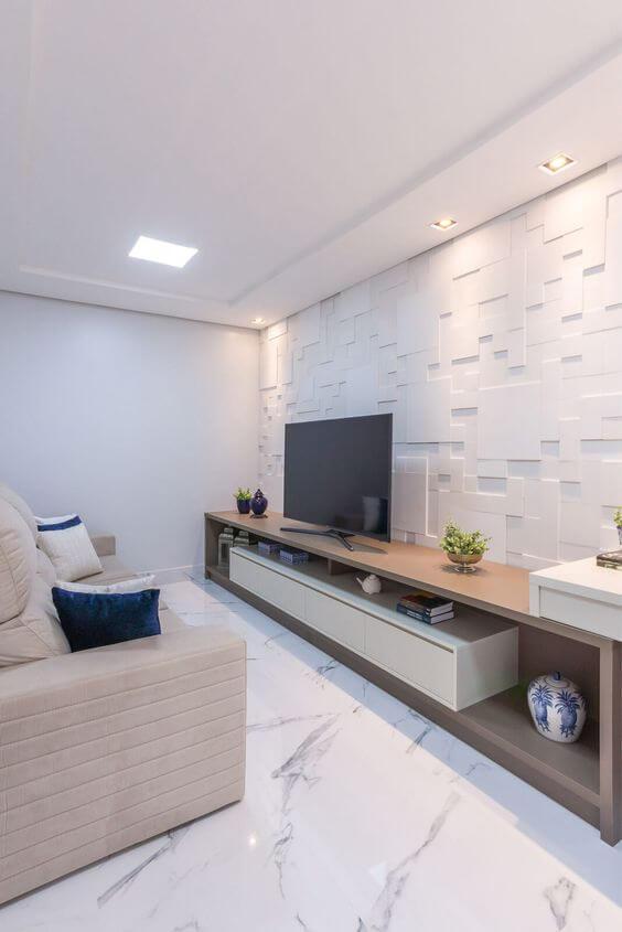 Porcelanato marmorizado na sala de estar moderna com parede de gesso