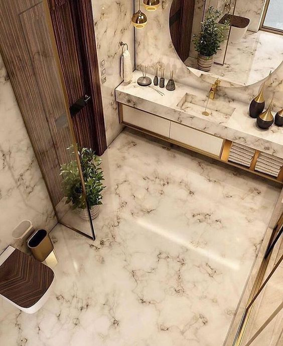 Porcelanato marmorizado no banheiro com espelho redondo