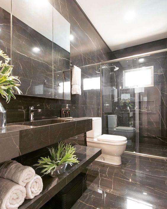 O porcelanato marmorizado marrom pode ser usado no banheiro