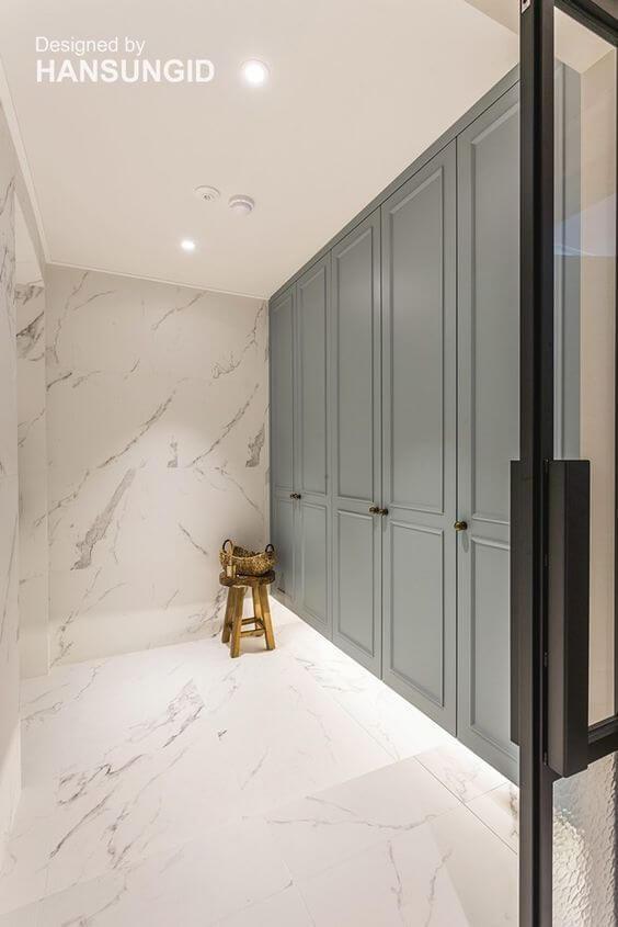Porcelanato marmorizado no closet moderno