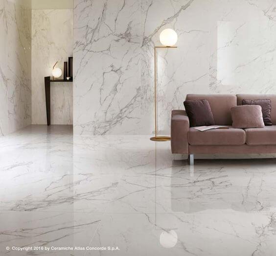 Porcelanato marmorizado no piso e revestimento