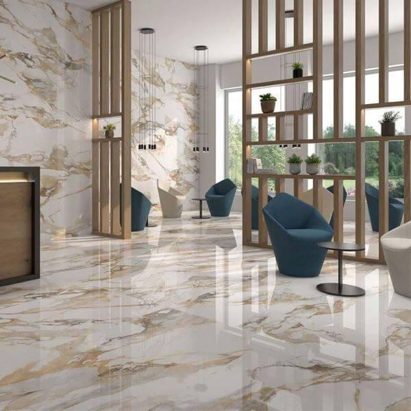 Porcelanato marmorizado bege na sala de estar