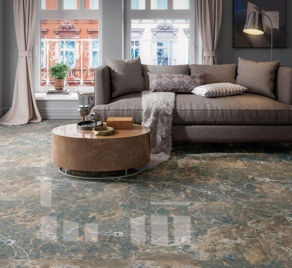 Porcelanato marmorizado na sala de estar clássica