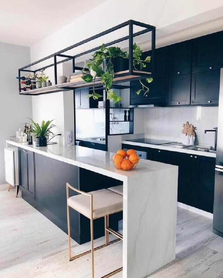 prateleira aramada suspensa para cozinha americana planejada com armários pretos Foto Pinterest