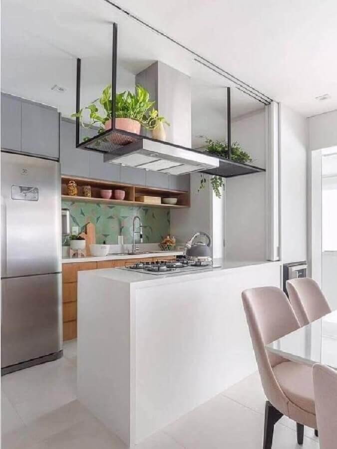 prateleira aramada suspensa para cozinha americana planejada com cooktop Foto Pinterest
