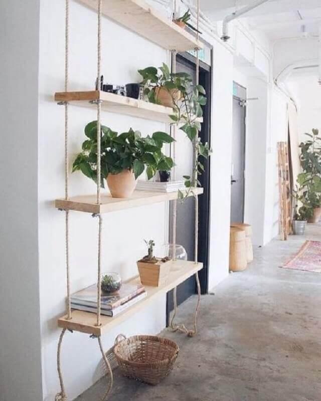 prateleira suspensa com corda decorada com vasos de plantas Foto Fashionismo
