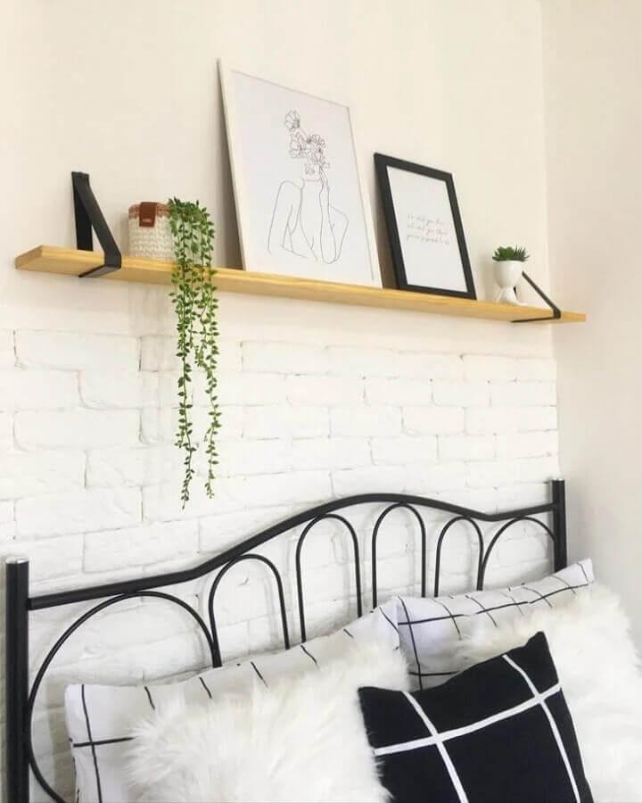 prateleira suspensa para quarto com cabeceira de ferro Foto Morada da Érica