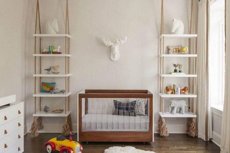 prateleira suspensa para quarto de bebê todo branco com detalhes em madeira Foto ELLE Decoration
