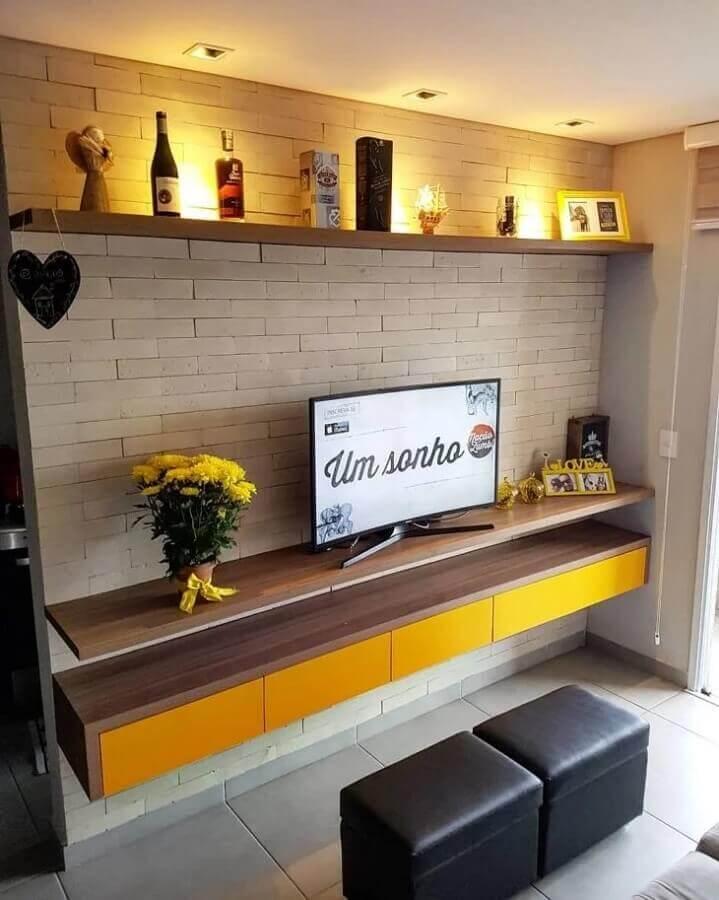 prateleira suspensa para sala de TV com parede de tijolinho Foto Ap 605
