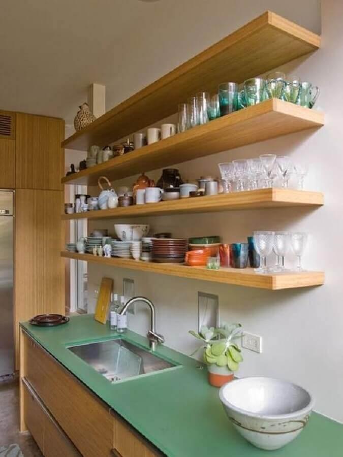 prateleiras de madeira para cozinha decorada com bancada verde Foto Pinterest
