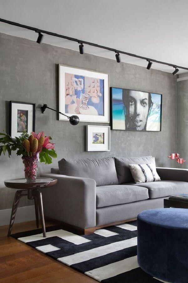 quadro de parede para sala moderna com parede de cimento queimado e tapete preto e branco Foto Manual da Obra