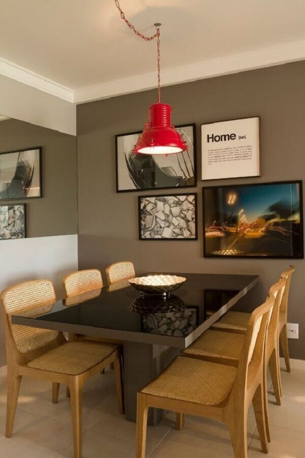 quadro para parede de sala de jantar moderna com parede cinza e pendente vermelho Foto Muito Chique