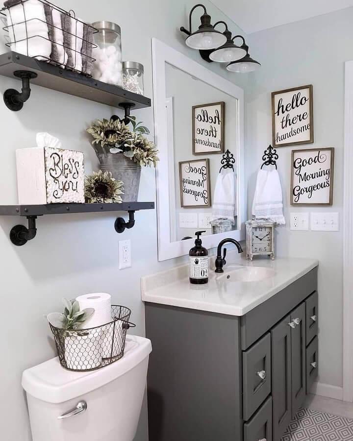 quadros com frases para banheiro planejado com arandela preta Foto Home Fashion Trend