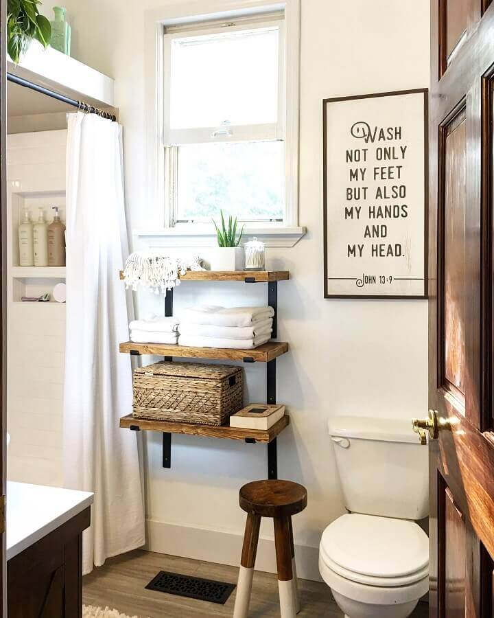 quadros com frases para banheiro simples decorado com prateleiras de madeira Foto Etsy
