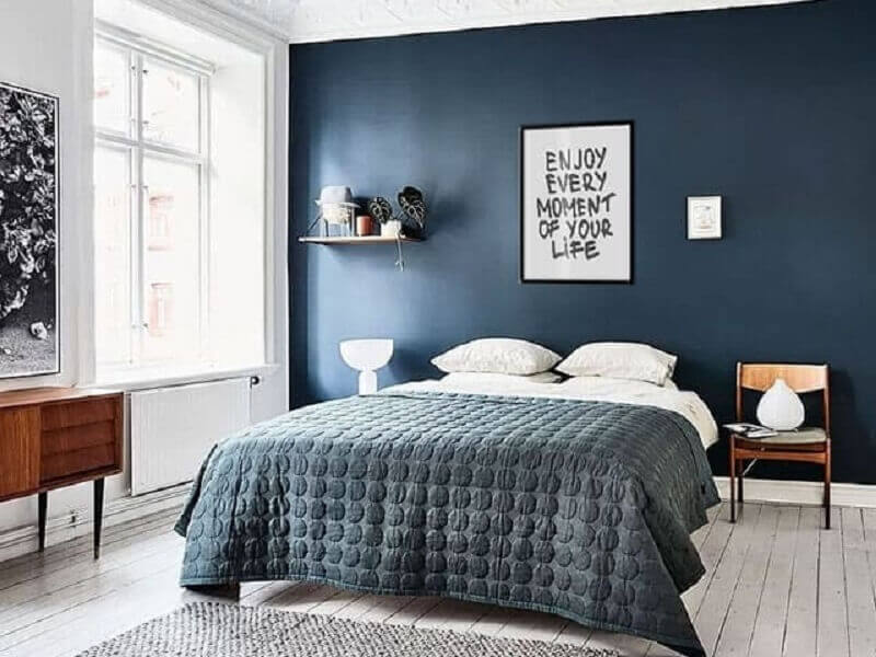 quadros com frases para quarto de casal azul com criado mudo de madeira Foto Enquadrarte