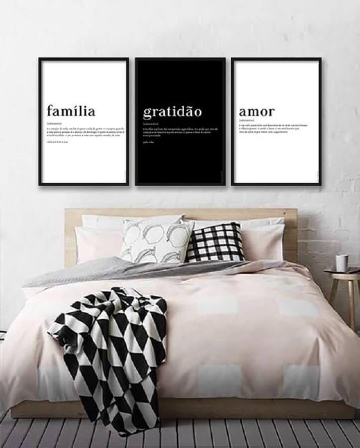 quadros com frases para quarto de casal decorado com cama japonesa Foto AMMO Quadros