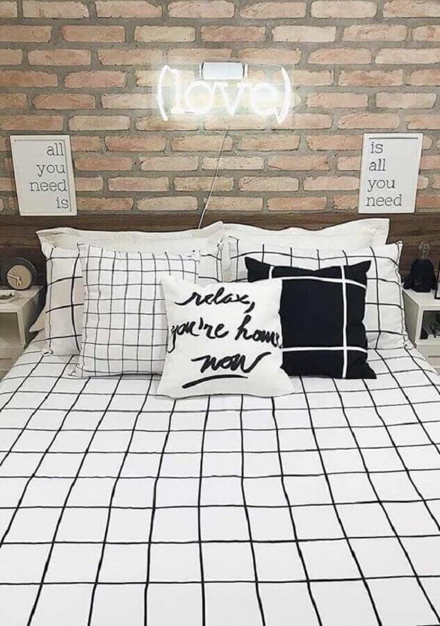 quadros com frases para quarto de casal decorado com letreiro neon Foto Pinterest
